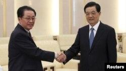 17일 베이징 인민대회당에서 후진타오 중국 국가주석(오른쪽)과 면담한 북한 장성택 국방위원회 부위원장.