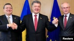 6月27日,乌克兰总统波罗申科和欧洲委员会主席巴罗佐(左)、欧洲理事会主席范龙佩(右)在布鲁塞尔欧洲理事会合影