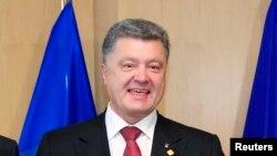 Le président Petro Poroshenko a conféré par téléphone avec ses homologues russe, français et allemand (Photo Reuters)