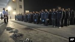 Para narapidana di sebuah lapas di propinsi Sichuan, Tiongkok sedang menerima instruksi dari pejabat berwenang. (Foto:dok)