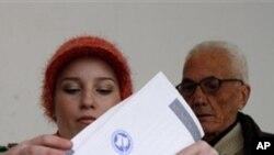 총선투표를 하는 유권자들