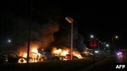 25일 이른 시각 미국 미주리주 퍼거슨 시 시위대가 항의하는 과정에서 주차되어 있던 차량에 불에 타고 있다.