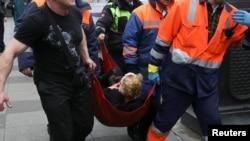 救护人员正在帮助一名在俄罗斯圣彼得堡地铁站爆炸中受伤的伤员。(2017年4月3日)
