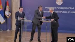 Predsednik Srbije Aleksandar Vučić sa senatorima iz SAD Ronom Džonsonomi KrisomMarfijem u Beogradu, 6. septembra 2019. (Foto: Rade Ranković, VOA)