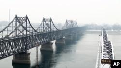 丹東橫跨鴨綠江的中朝友誼橋和鴨綠江斷橋。(資料照)