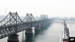 丹东横跨鸭绿江的中朝友谊桥和鸭绿江断桥。(资料照)