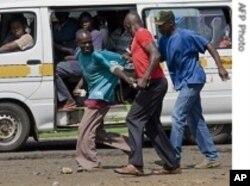 Scène de rue à Nairobi durant les violences de 2008