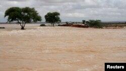 Một cây cầu bị nước lũ cuốn trôi tại khu vực bán tự trị Puntland của Somalia, ngày 12/11/2013.