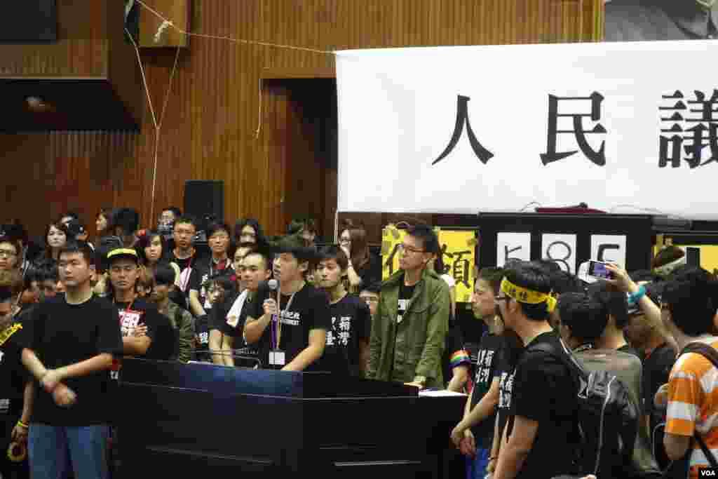 台湾占领立法院学生4月10日在立法院议场发表退场感言 (美国之音张佩芝 拍摄) 1