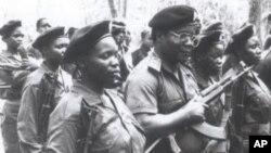 O líder da RENAMO, Afonso Dhlakama (centro, com arma na mão), algures em Moçambique, em foto de 1991
