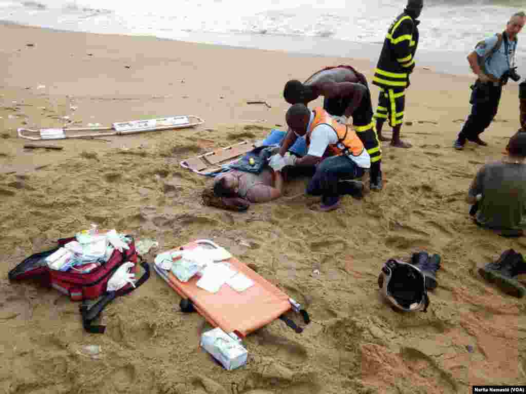 A rescued survivor is given aid after a plane crashed into the sea off Abidjan, Ivory Coast, Oct. 14, 2017. (VOA / Narita Namasté)