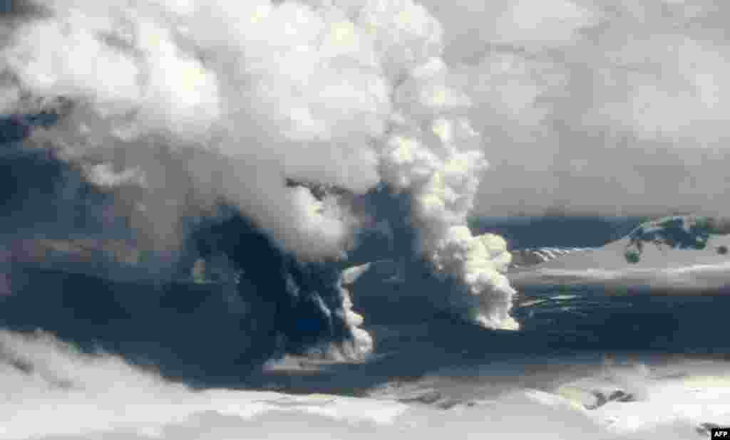 27 tháng 10: Núi lửa Hudson gần thị trấn Coihaique, phía nam thủ đô Satiago của Chilê.