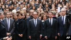 프랑수아 올랑드 프랑스 대통령(가운데)과 각료들이 16일 파리 소르본느 대학에서 학생들과 함께 파리 연쇄 테러 희생자들을 위해 묵념하고 있다.