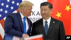 រូបឯកសារ៖ ប្រធានាធិបតីសហរដ្ឋអាមេរិក ដូណាល់ ត្រាំ ចាប់ដៃប្រធានាធិបតីចិន Xi Jinping ក្នុងជំនួបកំពូល G-20 នៅប្រទេសជប៉ុន កាលពីខែមិថុនា ២០១៩។