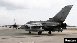 Aviones británicos de la RAF se preparan para despegar de la base de Akrotiri en Chipre.