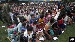 ພວກອົບພະຍົບເຜົ່າ Kachin ທີ່ຫຼົບໜີການສູ້ລົບ ໃນມຽນມາ ໄປສູ່ໄທ (20 ມິຖຸນາ 2011)