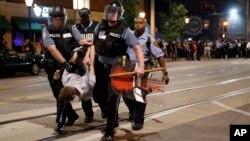圣路易斯警察逮捕一名肇事男子。在此之前,示威者举行和平集会,抗议一名开枪打死黑人的白人警察被判无罪。(2017年9月16日)