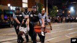 Policia prende um manifestante em St Louis