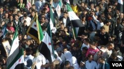 Para demonstran anti pemerintah melakukan protes di Hula, dekat kota Homs (13/11). Kekerasan terhadap demonstran terus berlanjut di Suriah.