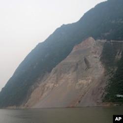 長江岸邊的滑坡。