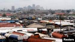 Des véhicules garés à Orile-Iganmu, quartier des affaires de Lagos, à Lagos, 29 août 2013. / REUTERS / Akintunde Akinleye (NIGERIA - Tags: SOCIETY BUSINESS EMPLOI) - RTX14KN1