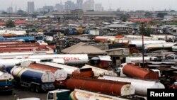 Sejumlah truk terlihat diparkir di sekitar bengkel mobil yang menghadap ke Lagos, Nigeria. (Foto: Reuters)