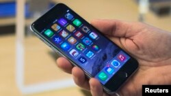Apple bác bỏ yêu cầu của FBI đòi tạo ra một phần mềm để mở khóa chiếc iPhone của một nghi can vụ xả súng ở San Bernardino.