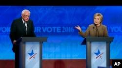 Bernie Sanders (kiri) dan Hillary Clinton dalam acara debat di kota Manchester, New Hampshire bulan lalu (foto: dok).