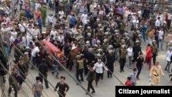 Người dân đưa quan tài đến trước trụ sở Ủy ban tỉnh để đòi công lý hôm 17/3 (Ảnh: Danlambao)