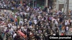 Dân địa phương biểu tình đi theo quan tài của ông Nguyễn Tuấn Anh, tìm cách đưa quan tài đến trụ sở ủy ban tỉnh Vĩnh Phúc (Ảnh: Danlambao)