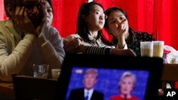 Sinh viên Trung Quốc xem truyền hình trực tiếp một cuộc tranh luận tổng thống Mỹ giữa bà Hillary Clinton và ông Donald Trump, tại một quán cà phê ở Bắc Kinh, 27/9/2016.