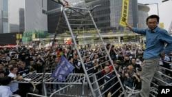 18일 홍콩 정부 청사 인근에서 반중 시위대가 바리케이트를 치고 항의하는 가운데, 인부들이 바리케이트를 철거하고 있다.