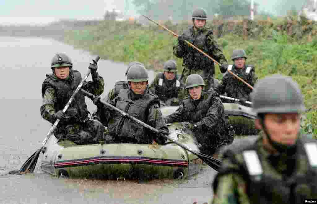 Binh sĩ Nhật tìm kiếm người mất tích tại một khu vực bị lở đất ở thị trấn Aso, quận Kumamoto. Lệnh sơ tán đã được ban hành cho 40.000 cư dân trong khu vực Kyushu