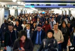 Railroad travelers and commuters make their way through Union Station in Los Angeles, Nov. 23, 2016. Tens of millions of Americans are taking to the roads, airports and railways for the Thanksgiving holiday.