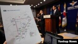 한국 국방부 정책기획관이 지난 8일 국방부 대변인의 한국방공식별구역(KADIZ) 확대안 공식 발표 후 기자들의 질문에 답하고 있다.