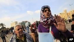 一名埃及婦女12月21日訴說在解放廣場參與示威時遭埃及士兵毆打導致手部受傷。