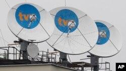 ARSIP – Foto arsip yang diambil tanggal 12 September 2017 menampilkan serangkaian piringan parabola di atap kantor pusat stasiun pemancar TVN di Warsawa, Polandia, milik U.S. Scripps Networks Interactive (foto: AP Photo/Czarek Sokolowski, Arsip) Sept. 12, 2017.