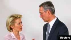 옌스 슈톨텐베르크 나토 사무총장(오른쪽)이 10일 브뤼셀에서 열린 나토 국방장관회의에서 우르줄라 폰데어라이엔 독일 국방장관과 대화하고 있다.