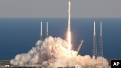 Un cohete Falcon 9 de SpaceX que transporta el satélite Tess despega desde el complejo de lanzamiento 40 en la estación de la Fuerza Aérea de Cabo Cañaveral, Florida, el miércoles 18 de abril de 2018. (AP Foto/John Raoux)