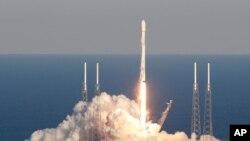 Une fusée SpaceX Falcon 9 transportant le satellite Tess décolle du complexe de lancement 40 à la station de Cap Canaveral, en Floride, le 18 avril 2018.