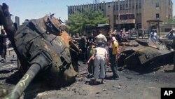4일 시리아 이들립 시에서 정부군과 반군 충돌 후 잔해.