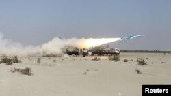 خلیج عمان کے قریب ایک ایرانی علاقے میں فوجی مشقوں کے دوران ایک بیلسٹک میزائل کا تجربہ کیا جا رہا ہے۔ 14 جنوری 2021