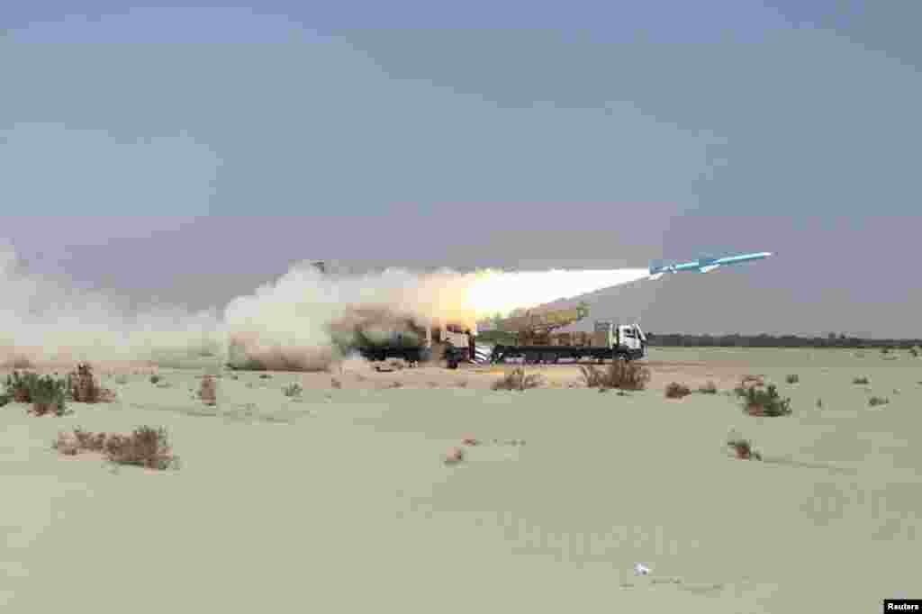 ایران امروز ۱۵ جنوری (۲۶ جدی) در جریان تمرینات نظامی، طیارههای بی سرنشین یا درون ساخت این کشور و میزایل های بالستیکی را آزمایش کرد.
