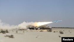 Militer Iran meluncurkan rudal pada saat latihan militer di Teluk Oman, 14 Januari 2021. (Tentara Angkatan Darat Iran/WANA via REUTERS)