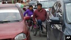 Salvador Espinoza i Grasijel Martinez, paralizovani muž i žena, manevrišu kroz saobraćaj u Čalku, u Meksiku.