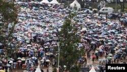 Ratusan umat Katolik dengan berpayung karena gerimis, menghadiri acara bersama Paus Fransiskus di Univeristas Nairobi, Kamis (26/11).