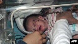 Bé gái được cứu ra khỏi tòa nhà bị sụp đổ trong trận động đất