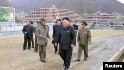 북한 김정은 국방위원회 제1위원장 일행이 지난 3일 마식령 스키장 건설 현장을 방문했다.