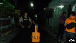 Polisi antiteror menggeledah sebuah rumah di Gambiran Makamhaji Sukoharjo dan menemukan sejumlah bahan peledak di dalamnya, 23/12/2014 (Foto: Yudha Satriawan/ VOA Indonesia)