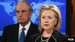 La secretaria de Estado, Hillary Rodham Clinton y el enviado especial para las conversaciones de paz en Medio Oriente, el senador George Mitchell durante el anuncio.